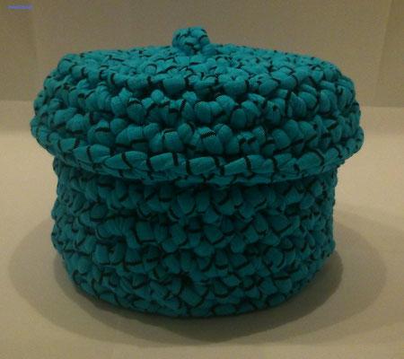 Cestita con tapa de trapillo de color turquesa con TRAP-ART.