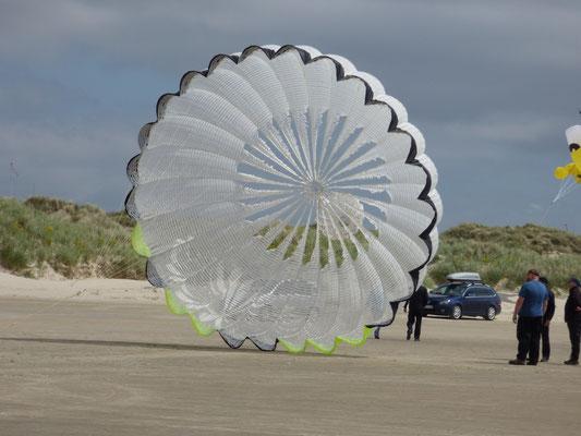 Was man nicht alles aus dem Fallschirm eines Schleudersitzes machen kann.