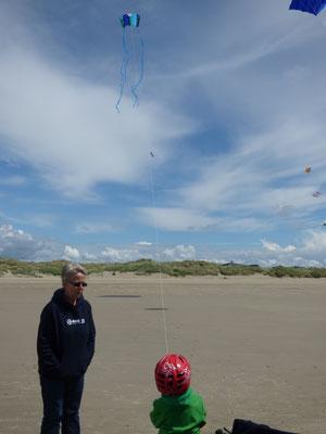 Ole lässt seinen neuen Mini-Sled fliegen. Kurz danach durfte Sven einen Sprint über den Strand machen, weil Ole doch die Spule losgelassen hat.