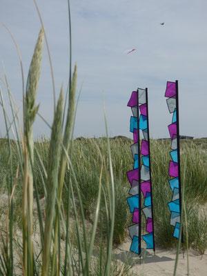 Die Wimpel in Svens Farben machen auch vor der Düne ein gutes Bild.