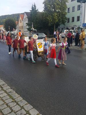 Auszug zum Riedenburger Volksfest - Unsere Bläserklasse führt den Zug an! Foto: Ramona Fuchs