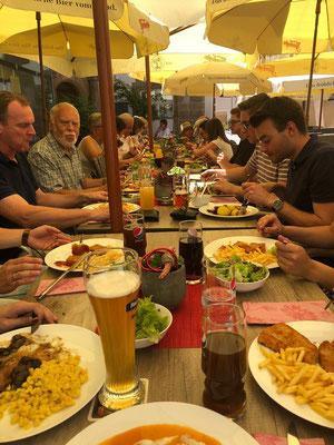 Mittagessen beim Vereinsausflug in Wolframs-Eschenbach; Foto: S. Eichenseer