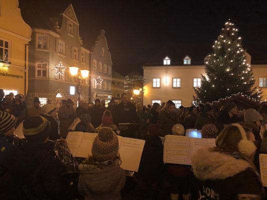 Türchenöffnung vom Adventskalender am Nikolaustag durch unsere Bläserklassen, Foto: S. Eichenseer