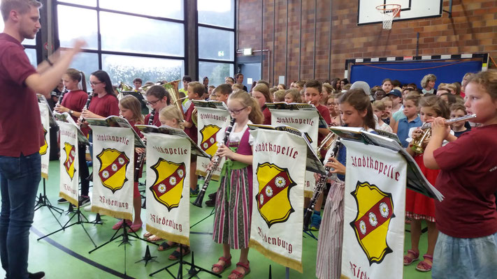 Unsere Bläserklassen beim Auftritt in der Grundschule in Riedenburg