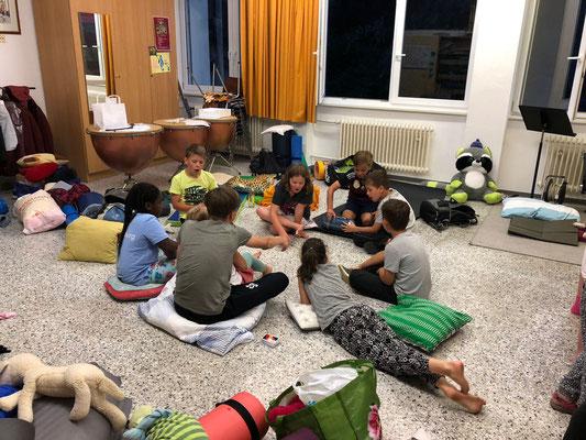 Kleine Spielrunde bei der Übernachtunsparty