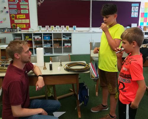 Sommerfest der Grundschule Riedenburg - Workshop: Ausprobieren verschiedener Blasinstrumente