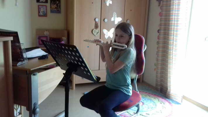 """Veronika (Bläserklasse): """"Ich freue mich darauf, wenn wir wieder zusammen spielen können!""""; Foto: C. Achhammer"""