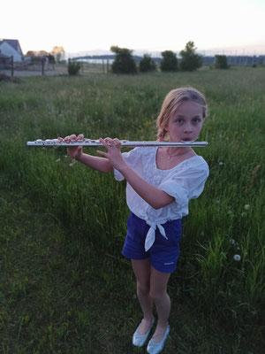 """Johanna (Jugendkapelle): """"Ich freue mich wieder auf die Probe, weil das Musizieren gemeinsam mehr Spaß macht!""""; Foto: C. Eberle"""