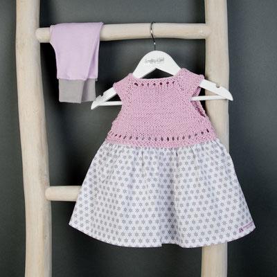 Babykleid gestrickt mit kleinen Sternen