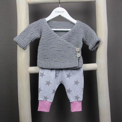 Babystrickjacke und Babyhose mit Sternen