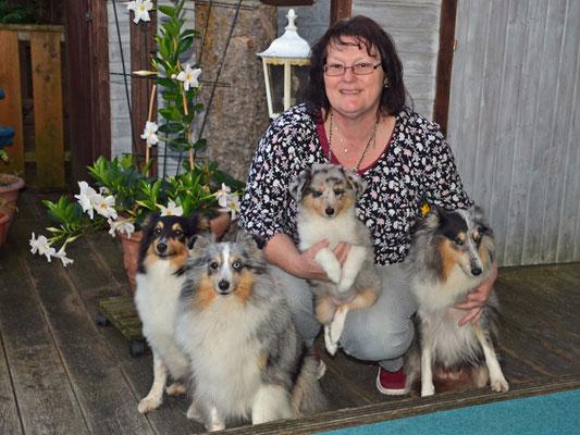 Amélie Blue Flower geht zu ihrer Verwandschaft, Tante Helene, Oma Pebbles und Ur-Oma Smilla (v.l.n.re.) ins Saarland