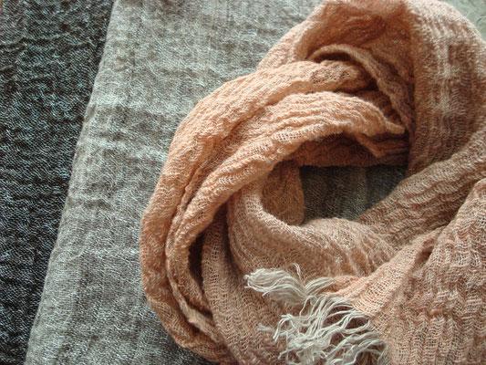 手紡ぎ強撚糸ネックウェア・カラード原毛、リネン糸、西洋アカネ