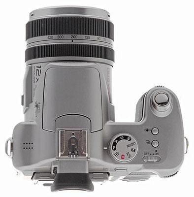 Il pannello superiore del Panasonic FZ50 dispone di un quadrante di modalità a destra, insieme con i pulsanti di scatto dell'otturatore, dello stabilizzatore di immagini e della modalità di scatto, nonché l'interruttore di scorrimento di scorrimento.