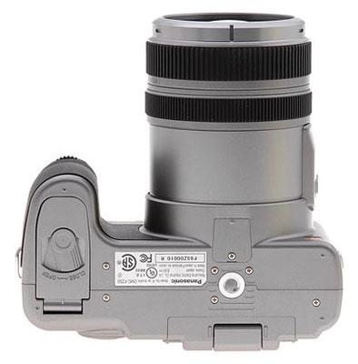 Il pannello inferiore del Panasonic FZ50 è piatto, con una porta flip-open per accedere al vano batterie e un supporto a treppiede metallico filettato al centro dell'obiettivo. Il supporto del treppiede è abbastanza lontano dal vano batterie.