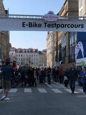 Die e-motion e-Bike Welt Wien auf dem ARGUS Bikefestival Wien am Rathausplatz