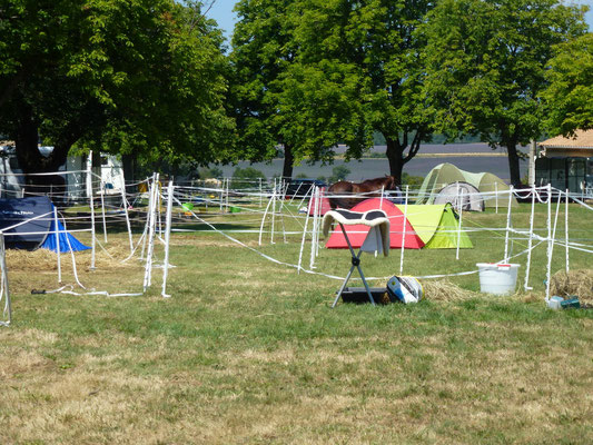 les paddocks et les tentes sur le site