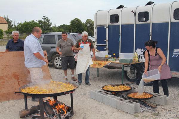la paëlla et l'équipe de cuisiniers