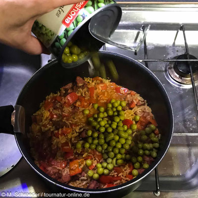 Reis und Wasser dazugeben - auf kleiner Flamme kochen, bis der Reis gar ist.