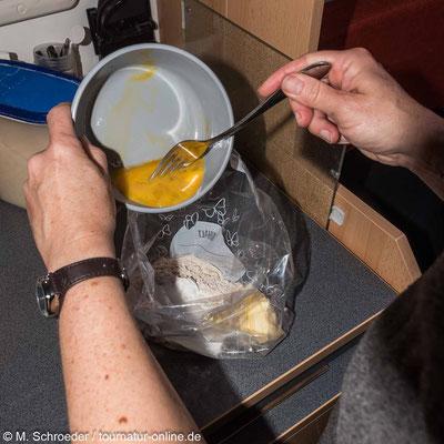 Die Zutaten für den Teig in einen Gefrierbeutel oder in eine Schüssel geben.