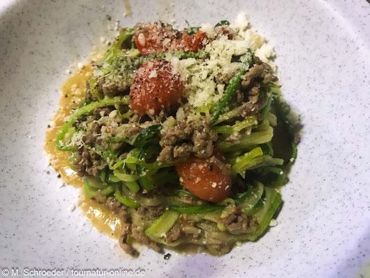 Den Schmelzkäse hinzugeben, würzen und abschmecken.  Mit Parmesan bestreuen und servieren.