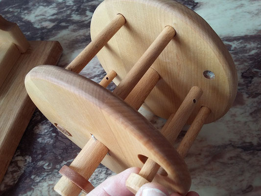 Herausnehmbare Stifte zwecks Auseinandernehmen der Spule. Zwei der 8 Stifte sind zum Herausnehmen mit Magnet versehem, damit die Spannung der Schnur weggenommen wird.