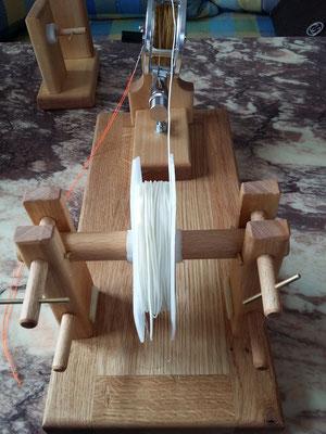 Neu eingesetzte Fliegenschnurspule zum Umspulen auf die Fliegenrolle.