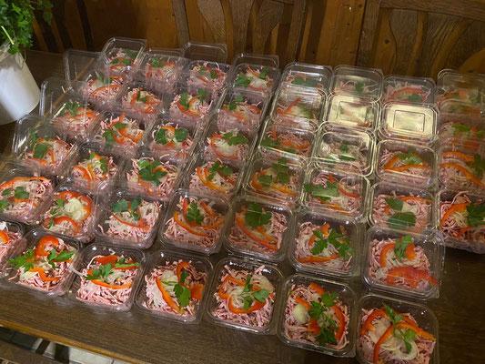 220 Portionen Wurstsalat wurden angerichtet und verpackt
