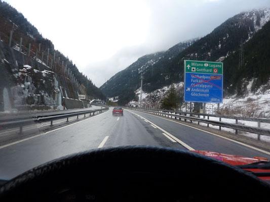 Bild aus dem Cockpit vom BDW durch die verschneite Schweiz.