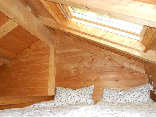 Baumhaus Sternengucker, Doppelbett oben. Bild: Baumhaushotel Solling.