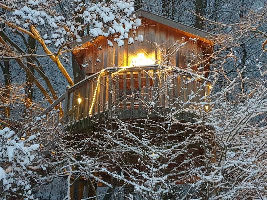 Baumhaus mit Schnee, Januar 2021. Bild: Baumhaushotel Solling.