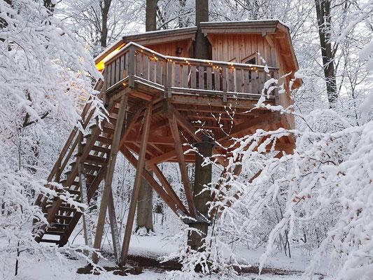 Baumhaus mit Schnee, Kobel, Januar 2021, Bild: Baumhaushotel Solling.