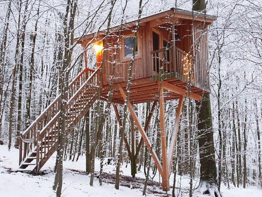 Baumhaus mit Schnee, Freiraum, Januar 2021. Bild: Baumhaushotel Solling
