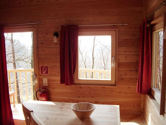 Baumhaus Ahletal, Tisch. Bild: Baumhaushotel Solling.