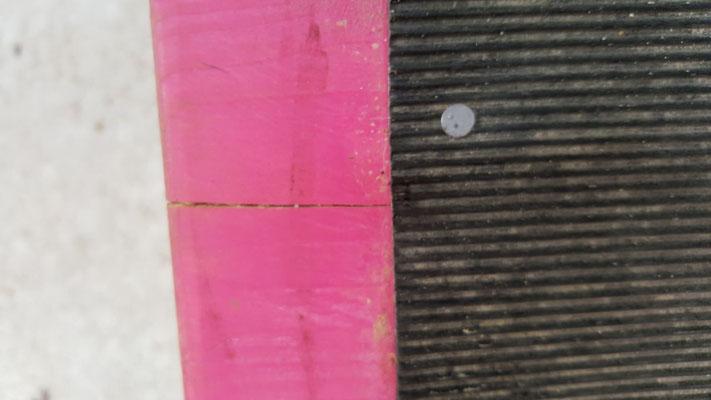 Ein deutlicher Riss bzw. Spalt auf der Oberseite der Equiwip