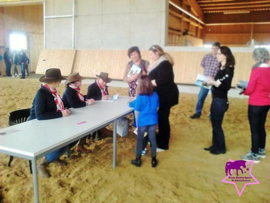 """Das Team Shetty-Sport signiert """"Ponys ganz groß - Originelle Beschäftigungsideen für kleine Pferde"""
