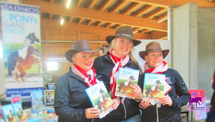"Ruth Katzenberger, Helene Kohlschmid, Yvonne Katzenberger mit dem Buch ""Ponys ganz groß"""