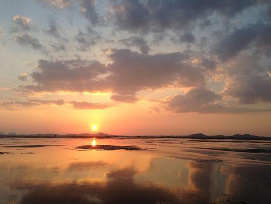 Am See zum Sonnenuntergang