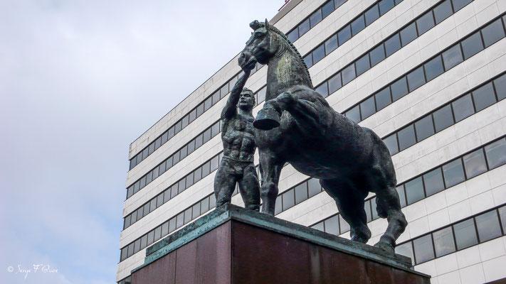 statues équestres en face du siège de la banque BCP Millenium à Porto - Ville historique de Porto - Portugal