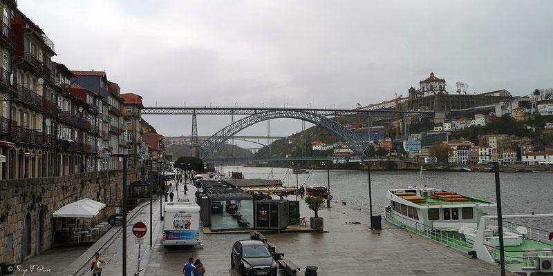 Cais da Ribeira avec vue sur le Ponte Luiz I (Œuvre de Gustave Eiffel) Ville historique de Porto - Portugal