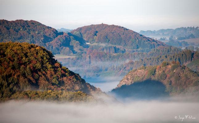 Mer de nuage autour de la colline de Chateauneuf  - Saint Sauves d'Auvergne - Massif du Sancy - Auvergne - France
