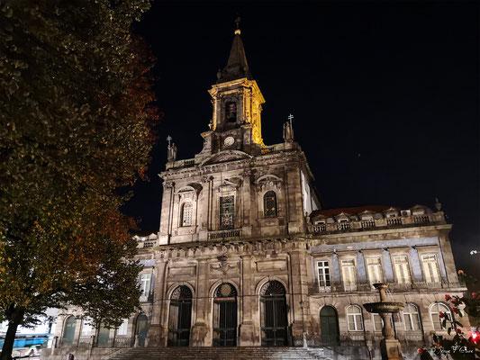 Eglise de la Trindade dans la vieille ville de Porto - Portugal