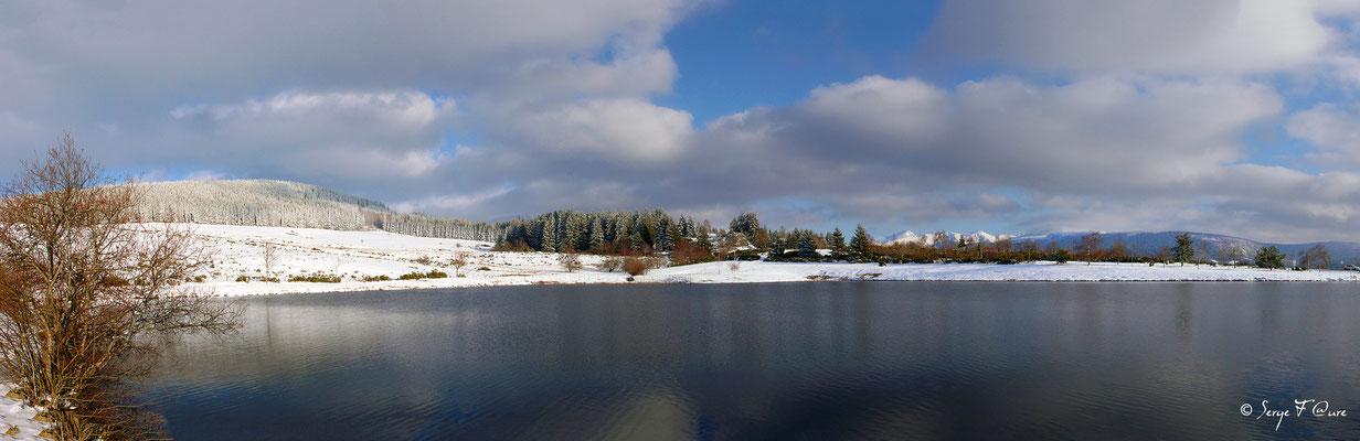 Panoramique sur le plan d'eau de Murat le Quaire Face au puy de Sancy - Auvergne - France