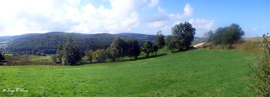 En allant vers Le Chazeau - France - Sur le chemin de St Jacques de Compostelle (santiago de compostela) - Le Chemin du Puy ou Via Podiensis (variante par Rocamadour)