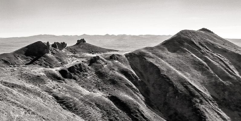 Les crêtes du Massif du Sancy (Le Puy de Sancy au centre altitude de 1886 m) - Auvergne - France