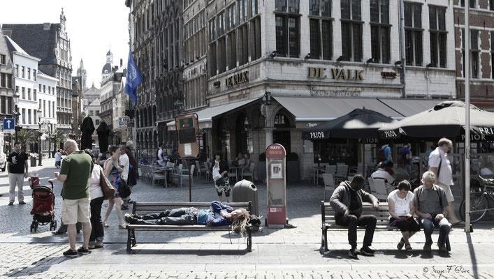 """""""Assis - Couché - Debout"""" Les trois positions de l'être humain - Anvers - Belgique"""