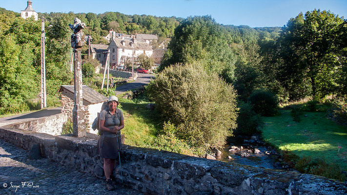 Annette sur le pont des pèlerins à Saint-Chély-d'Aubrac - France - Sur le chemin de St Jacques de Compostelle (santiago de compostela) - Le Chemin du Puy ou Via Podiensis (variante par Rocamadour)