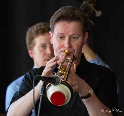 "Colin T. Dawson (Trompette, vocal) - invité ""George Washingmachine"" avec Sébastien Girardot (contrebasse) - Sancy Snow Jazz 2016 - Brasserie du Soleil au Mont Dore - Auvergne - France"