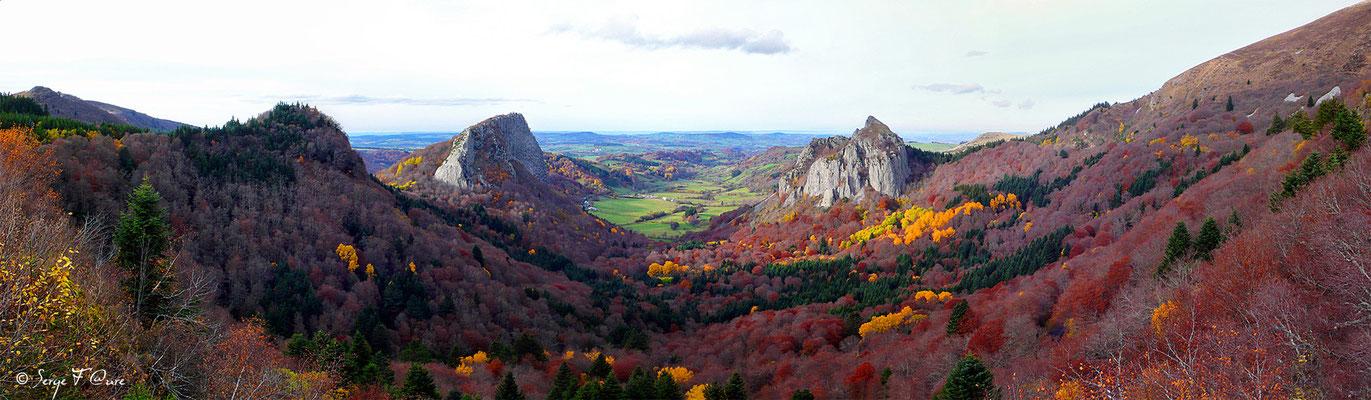 Panoramique sur les Roches Tuilière et Sanadoire au Guéry - Massif du Sancy - Auvergne - France