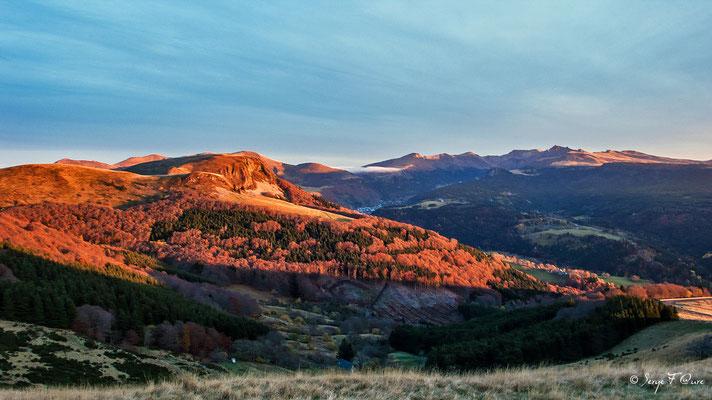 Massif du Sancy vu de la Banne d'Ordanche (Le Puy de Sancy au centre altitude de 1886 m) - Auvergne - France