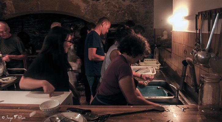 Vaisselle collective à l'Hospitalité St Jacques à Estaing - France - Sur le chemin de St Jacques de Compostelle (santiago de compostela) - Le Chemin du Puy ou Via Podiensis (variante par Rocamadour)